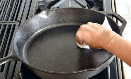 Как очистить чугунную сковороду от нагара