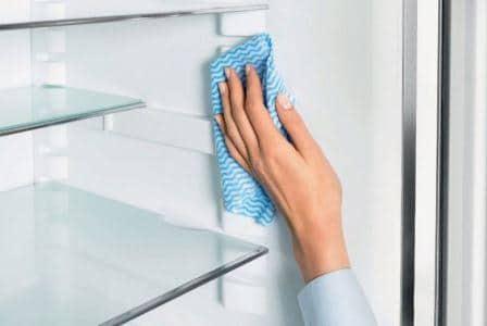 Как и чем помыть холодильник и убрать запах